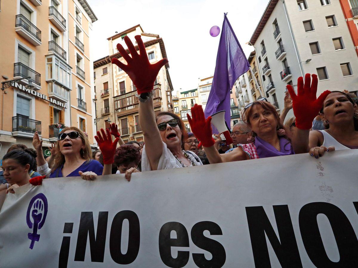 Foto: Manifestación en Pamplona en protesta por la puesta en libertad bajo fianza de los cinco miembros de la Manada en junio de 2018. (EFE)