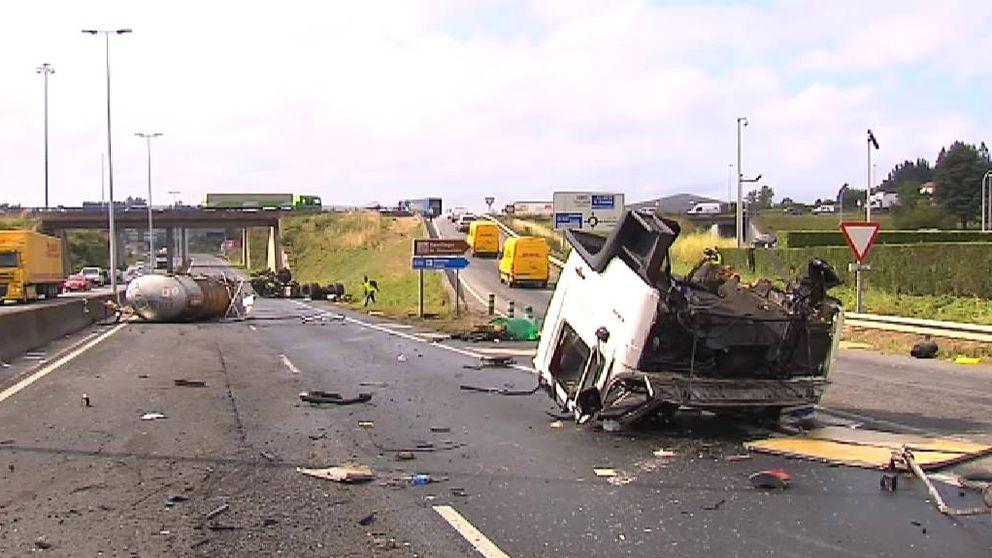 Un camión se parte en tres en un aparatoso accidente en Santiago