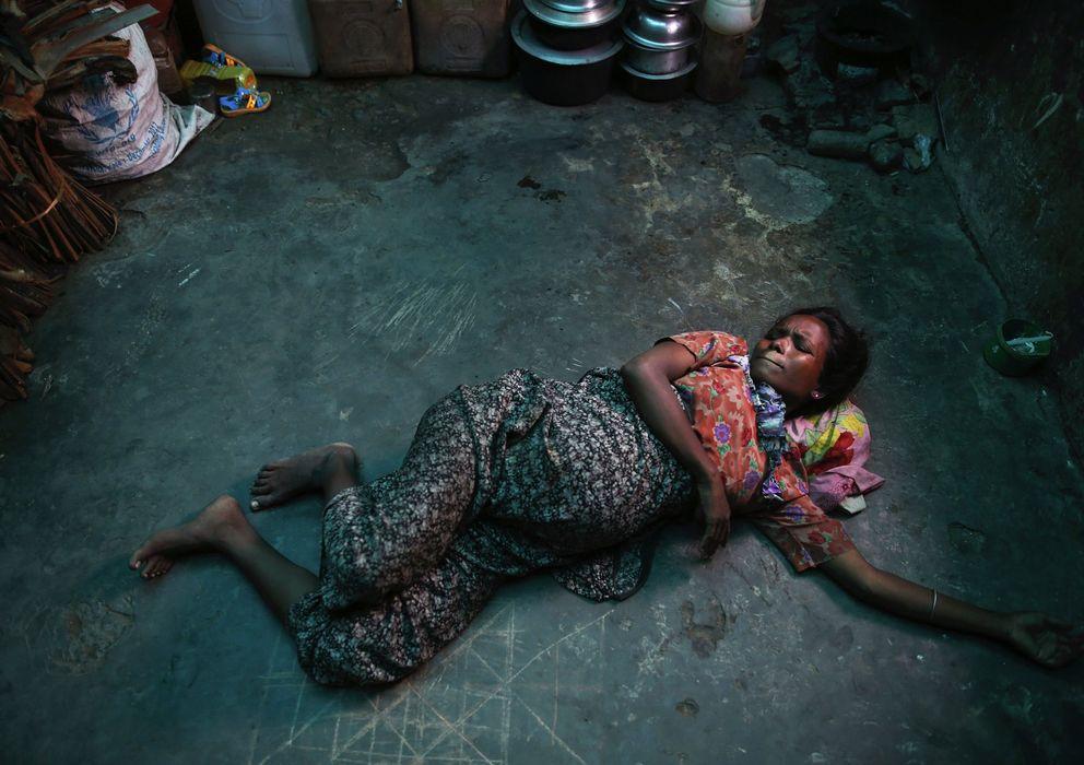 Foto: Una mujer rohingya embarazada, desplazada por la violencia, se refugia en una fábrica abandonada en Sittwe. (Reuters)
