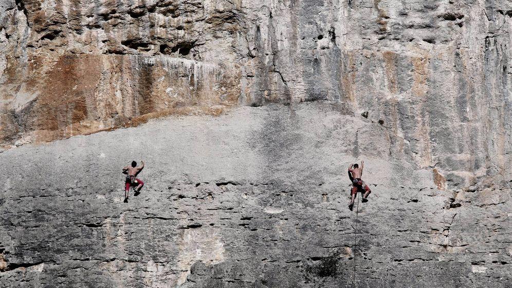Foto: Foto de archivo de dos escaladores en Navarra, en las Peñas de Etxauri. (EFE)