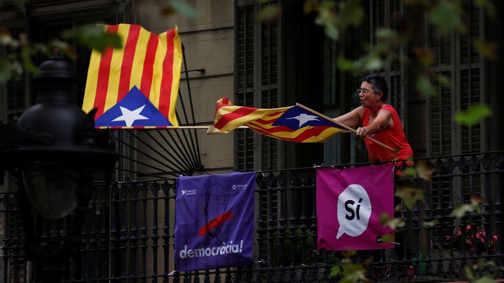 Foto: Una mujer ondea unas banderas esteladas durante una manifestación de estudiantes a favor del referéndum del 1 de octubre. (Reuters)