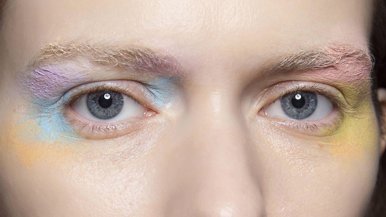 Se puede mezclar sombras para crear el maquillaje tye dye que popularizó Lucy Boynton. (Imaxtree)