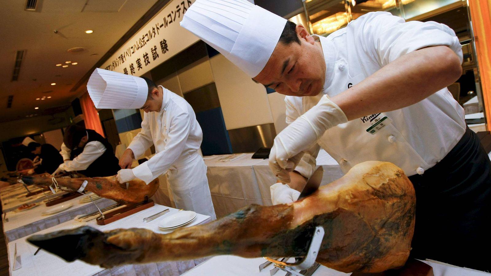 Foto: Un cortador de jamón japonés corta jamón ibérico andaluz durante un concurso en Tokio. (EFE)