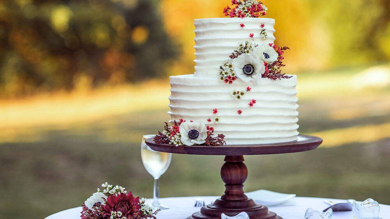 Unos recién casados cobran a sus invitados las porciones de su tarta de bodas