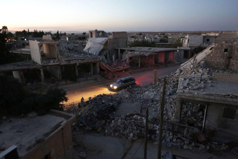 Foto: Un vehículo avanza por un barrio destrozado por los bombardeos en al-Rai, en Alepo, el 26 de septiembre de 2016 (Reuters).