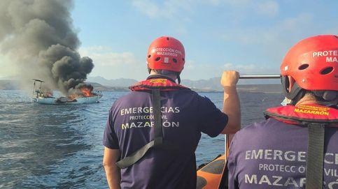 Rescatan al tripulante de un velero en Murcia tras incendiarse y hundirse a unos 40 metros