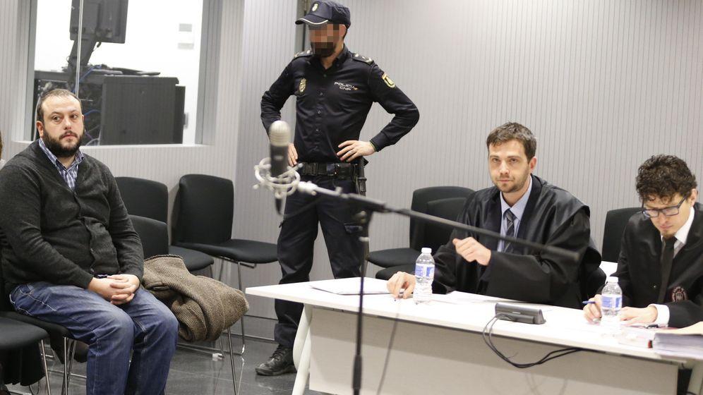 Foto: El concejal de Ahora Madrid Guillermo Zapata (i) durante el juicio, del que resultó absuelto, por el tuit que publicó sobre Irene Villa en 2011. (EFE)