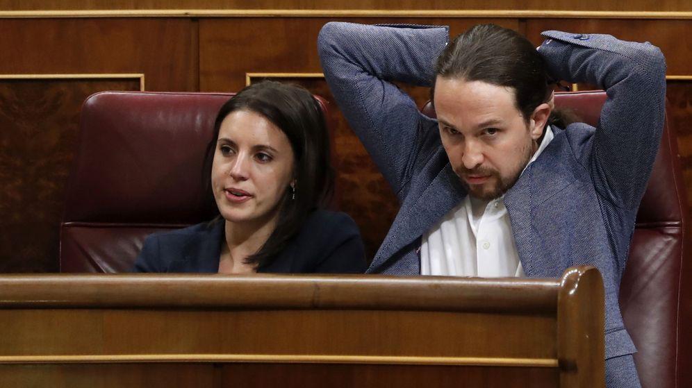 Foto: El líder de Podemos, Pablo Iglesias, junto a la portavoz, Irene Montero. (EFE)