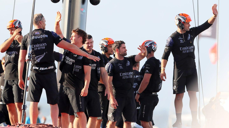 La tripulación del Team New Zealand, tras vencer al Luna Rossa en la 36 edición. (Reuters)
