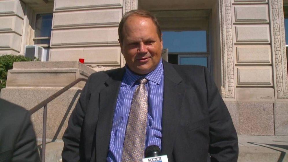 Foto: Eddie Tipton ante las cámaras, en la entrada del juzgado.