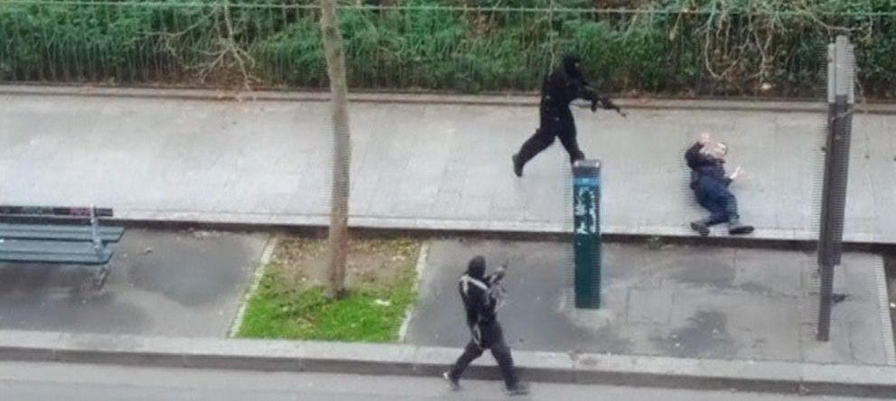Foto: Momento en el que uno de los autores de la masacre de París remata a un policía herido en el suelo. (Reuters)
