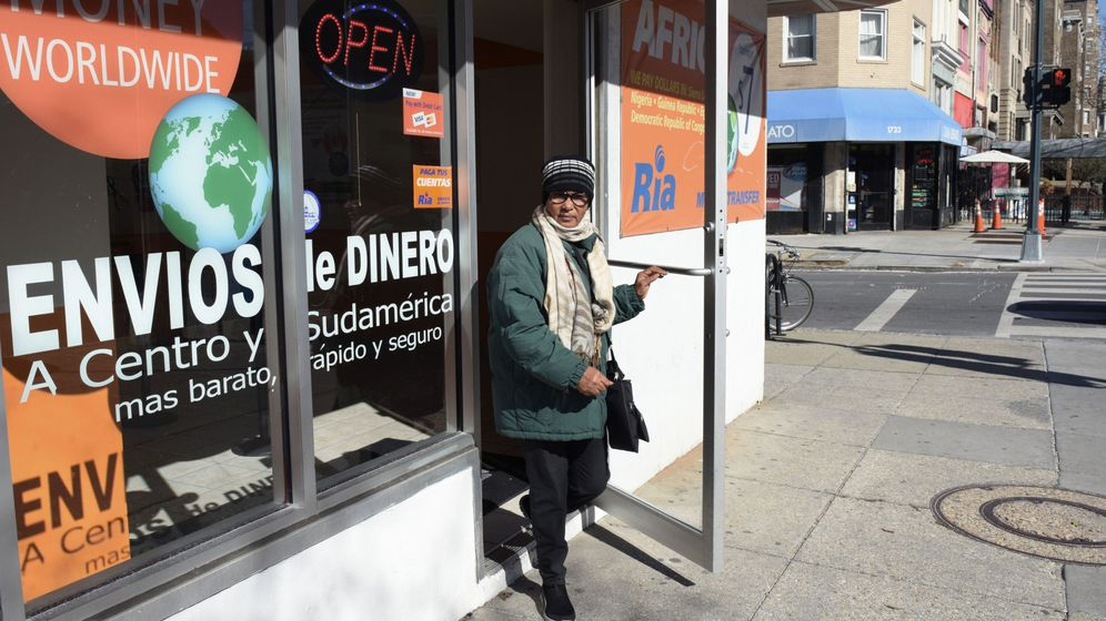 Foto: Una mujer abandona una tienda donde se envían remesas a toda América Latina en Washington. (EFE)