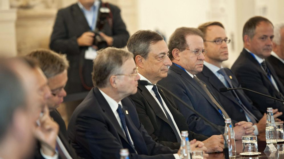 Foto: Imagen de la reunión del Consejo de Gobierno del BCE en Malta, con su presidente, Mario Draghi, en el centro / EFE