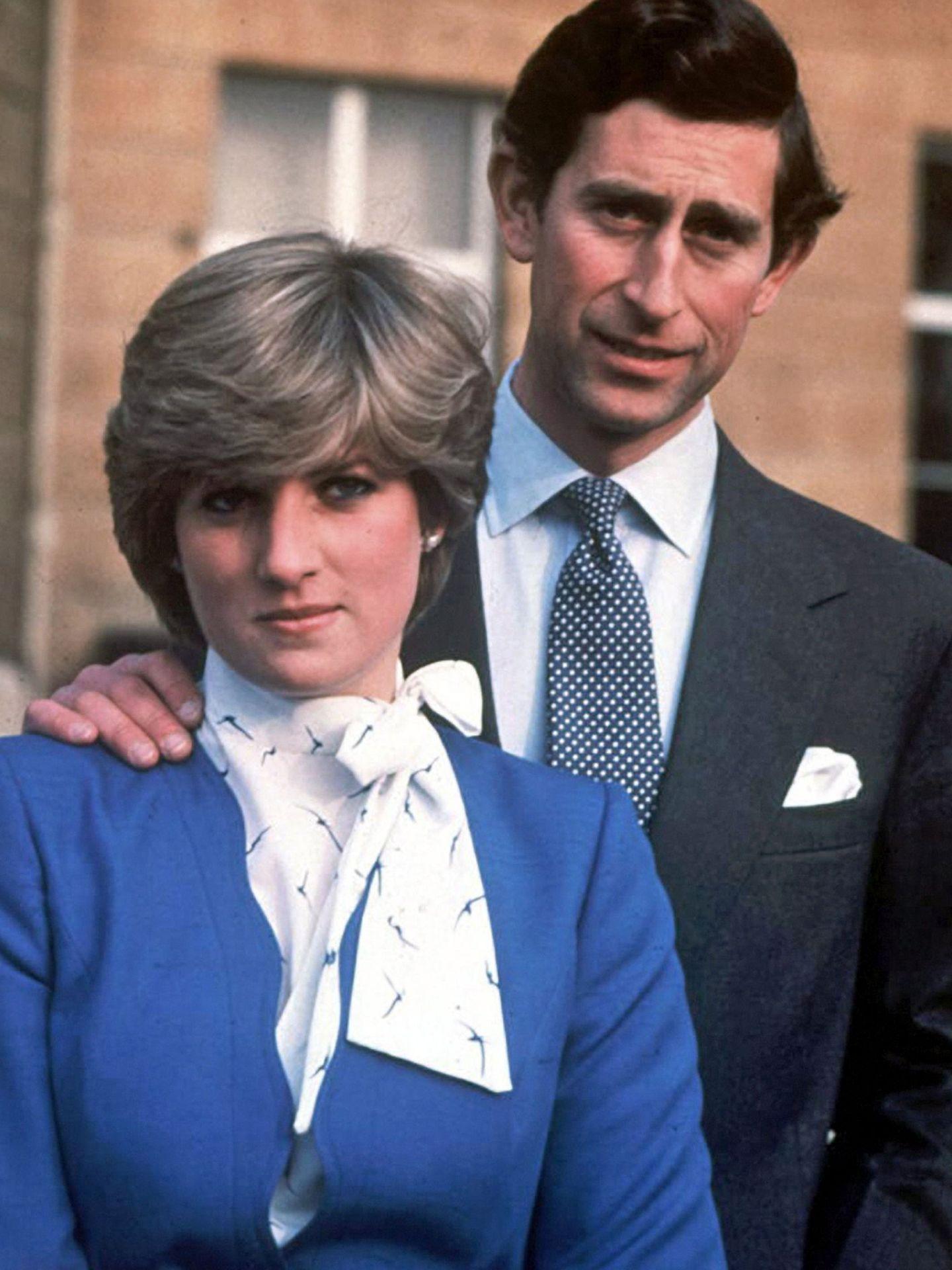 Fotografía de archivo de la princesa Diana, junto a su entonces prometido, el príncipe Carlos. (EFE)