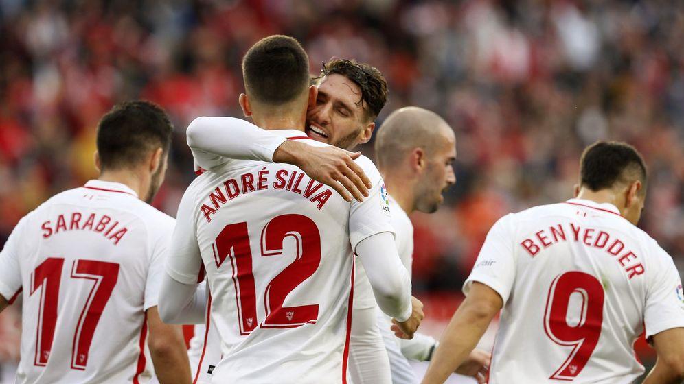 Foto: Varios jugadores del Sevilla celebran un gol en La Liga. (EFE)