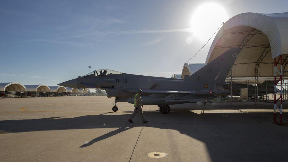 Foto: Un caza Eurofighter, perteneciente al Ala 11 del ejercito español, inicia la rodadura por la pista antes de un despegue como parte del ejercicio Trident Juncture de la OTAN en la Base Aérea de Morón en Sevilla. EFE