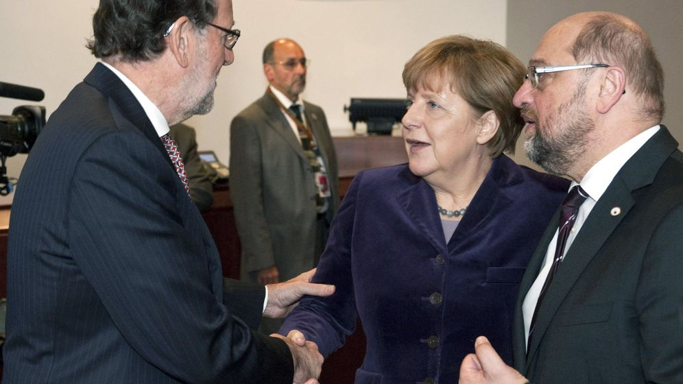 Foto: El presidente del Gobierno, Mariano Rajoy, saluda este jueves a Angela Merkel y Martin Schulz. (Efe)