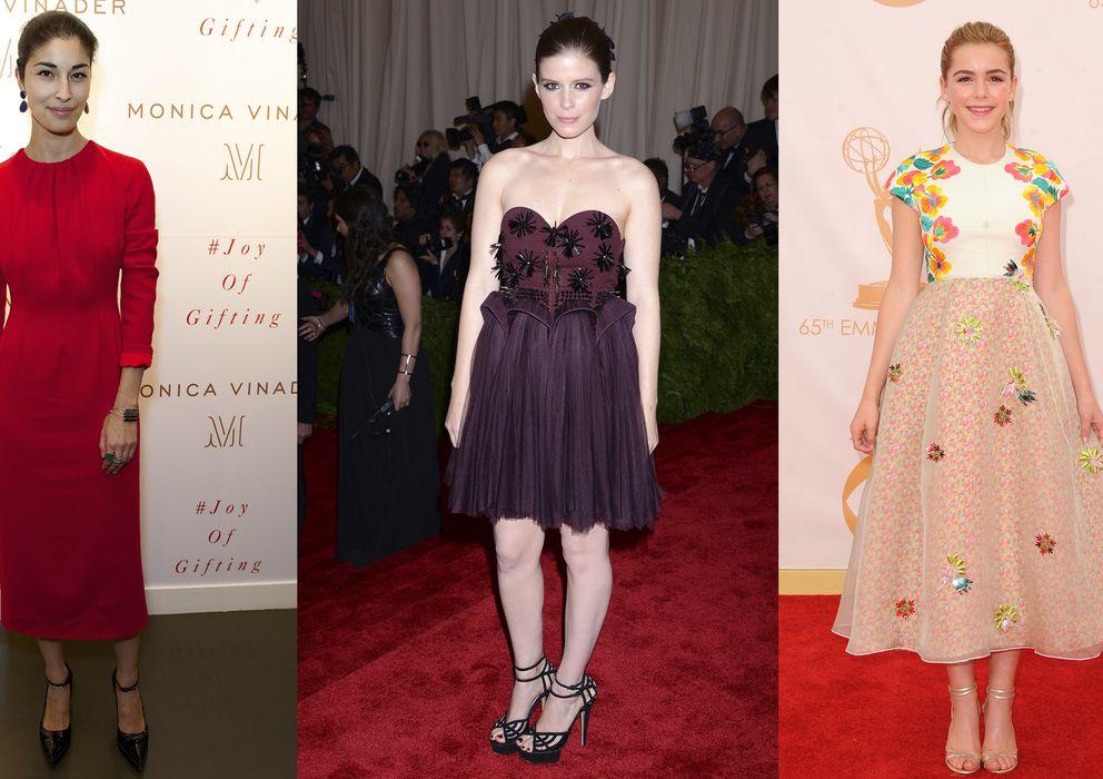 Foto: La editora de moda Caroline Issa con pulseras de Mónica Vinader y las actrices Kate Mara y Kiernan Shipka vestidas de Delpozo.