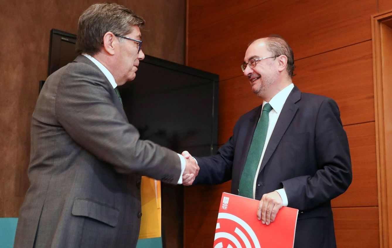 El secretario general del PSOE aragonés, Javier Lamban (d), y el presidente del PAR, Arturo Aliaga (i). (EFE)