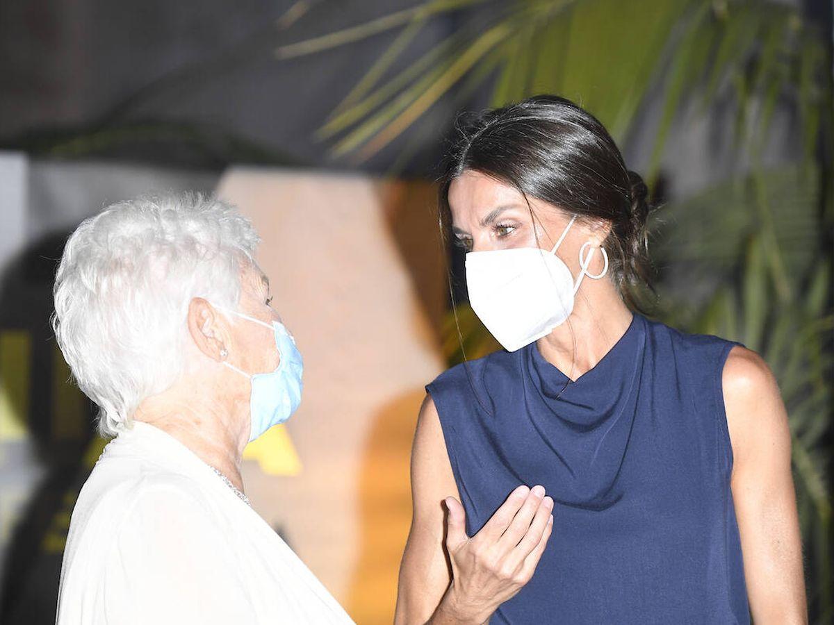 Foto: Letizia y Judi Dench y la reina Letizia conversando en Mallorca. (Limited Pictures)