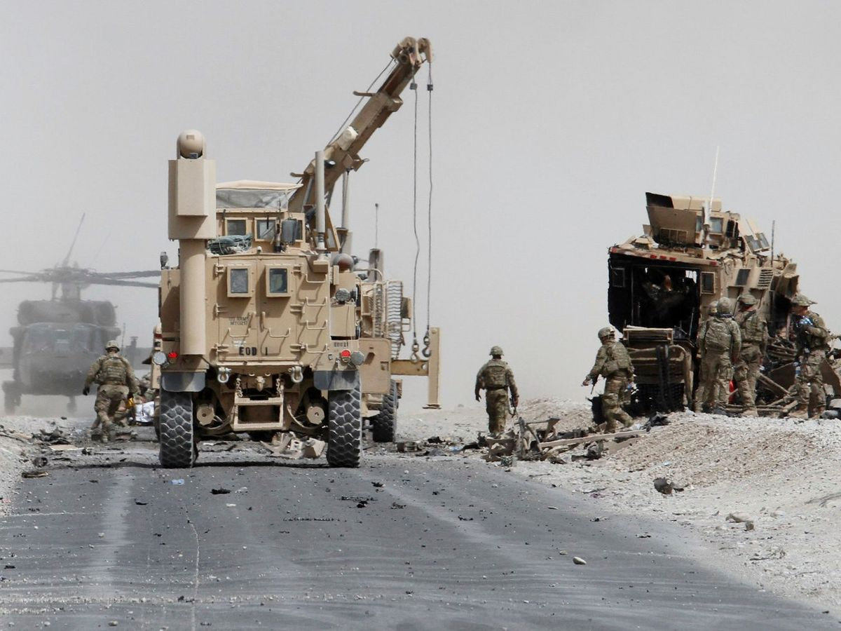 Foto: Tropas de Estados Unidos evalúan el daño a un vehículo blindado de la OTAN tras un ataque suicida en la provincia de Kandahar (Afganistán), en 2017 (Reuters)