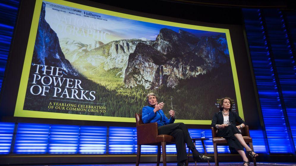 Foto: La secretaria del Interior de Estados Unidos, Sally Jewell, junto a la editora en jefe de la revista 'National Geographic', Susan Goldberg (d). (EFE)