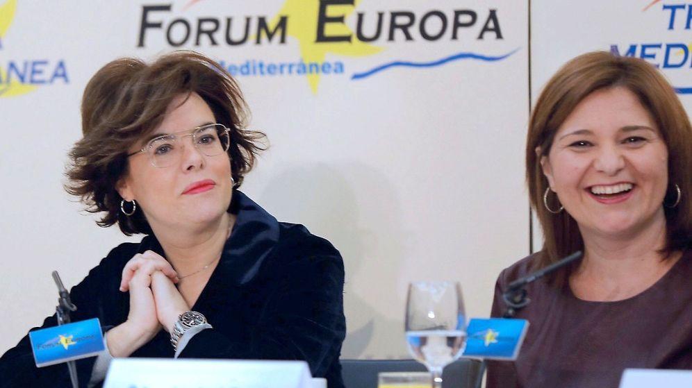 Foto: Sáenz de Santamaría, con Isabel Bonig, en Valencia. (EFE)