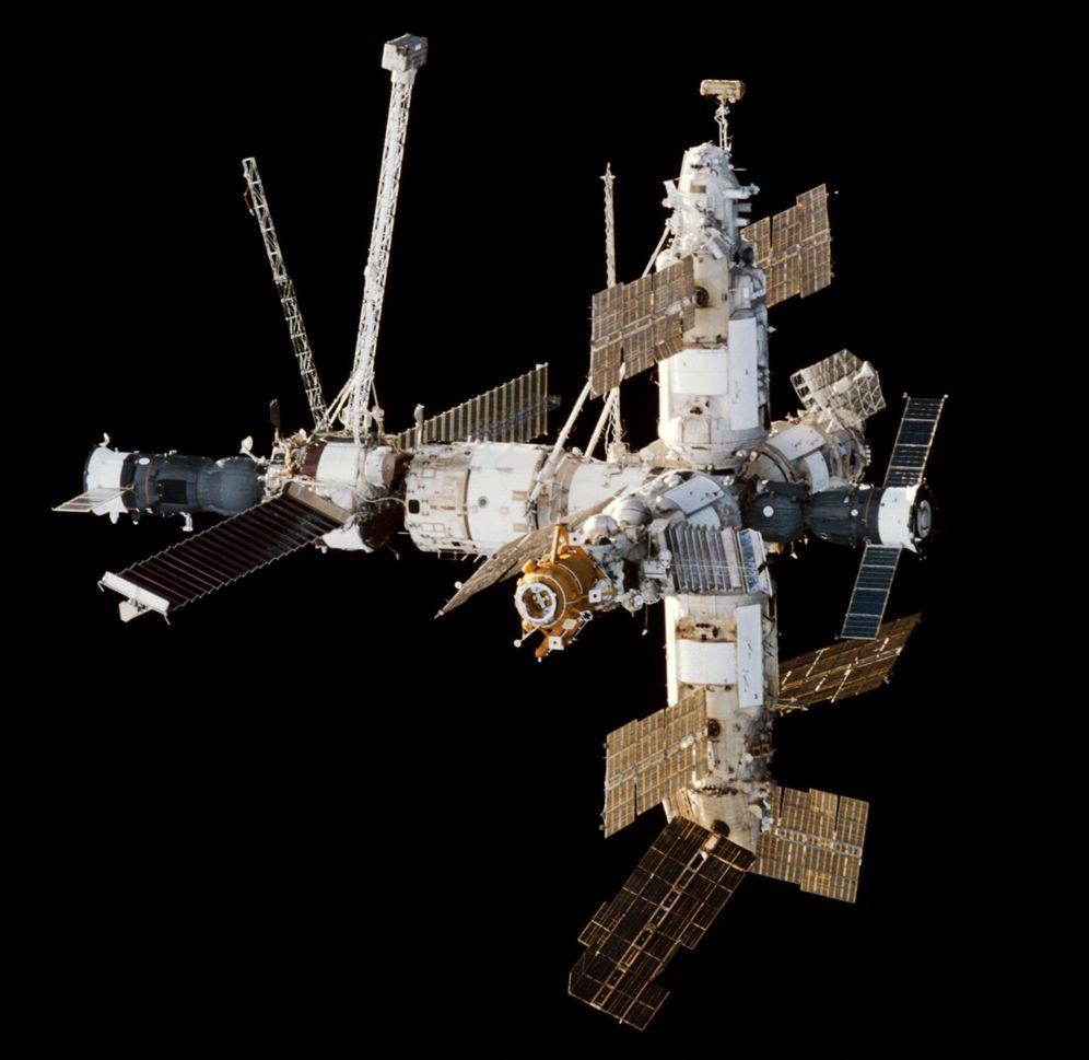 Foto: Vista de la Mir desde el transbordador Endeavour en febrero de 1998. (NASA)