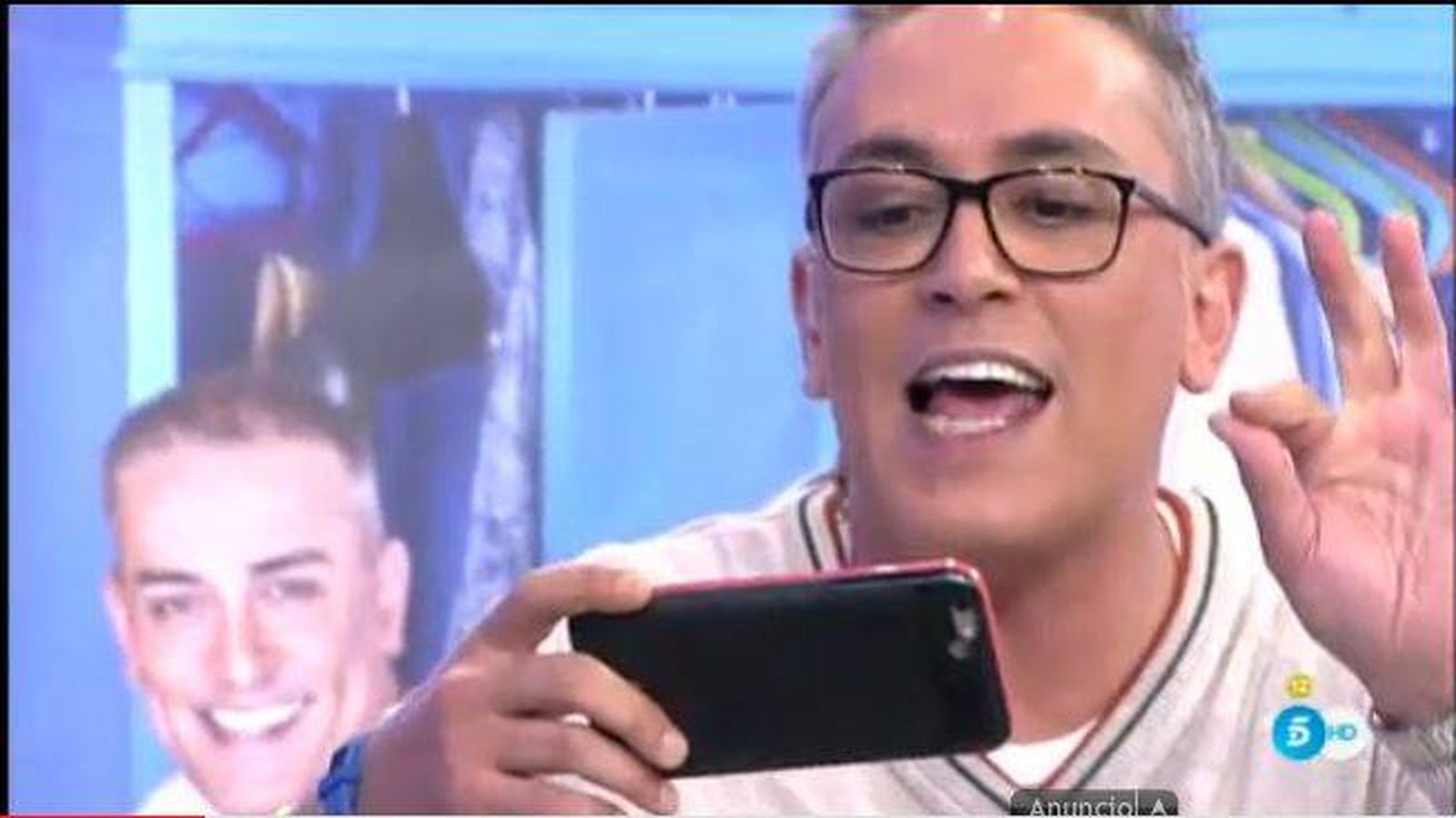 Foto: Kiko Hernández, siempre pegado a su móvil en 'Sálvame'