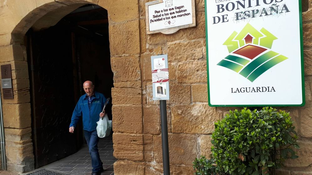 Foto: Un cartel a la entrada del casco histórico de Laguardia da la bienvenida a uno de los pueblos más bonitos de España. (J. M. A.)
