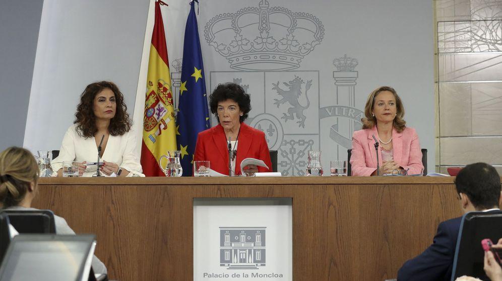 Foto: Las ministras de Hacienda María Jesús Montero (i), la ministra Portavoz Isabel Celaá, y de Economía Nadia Calviño