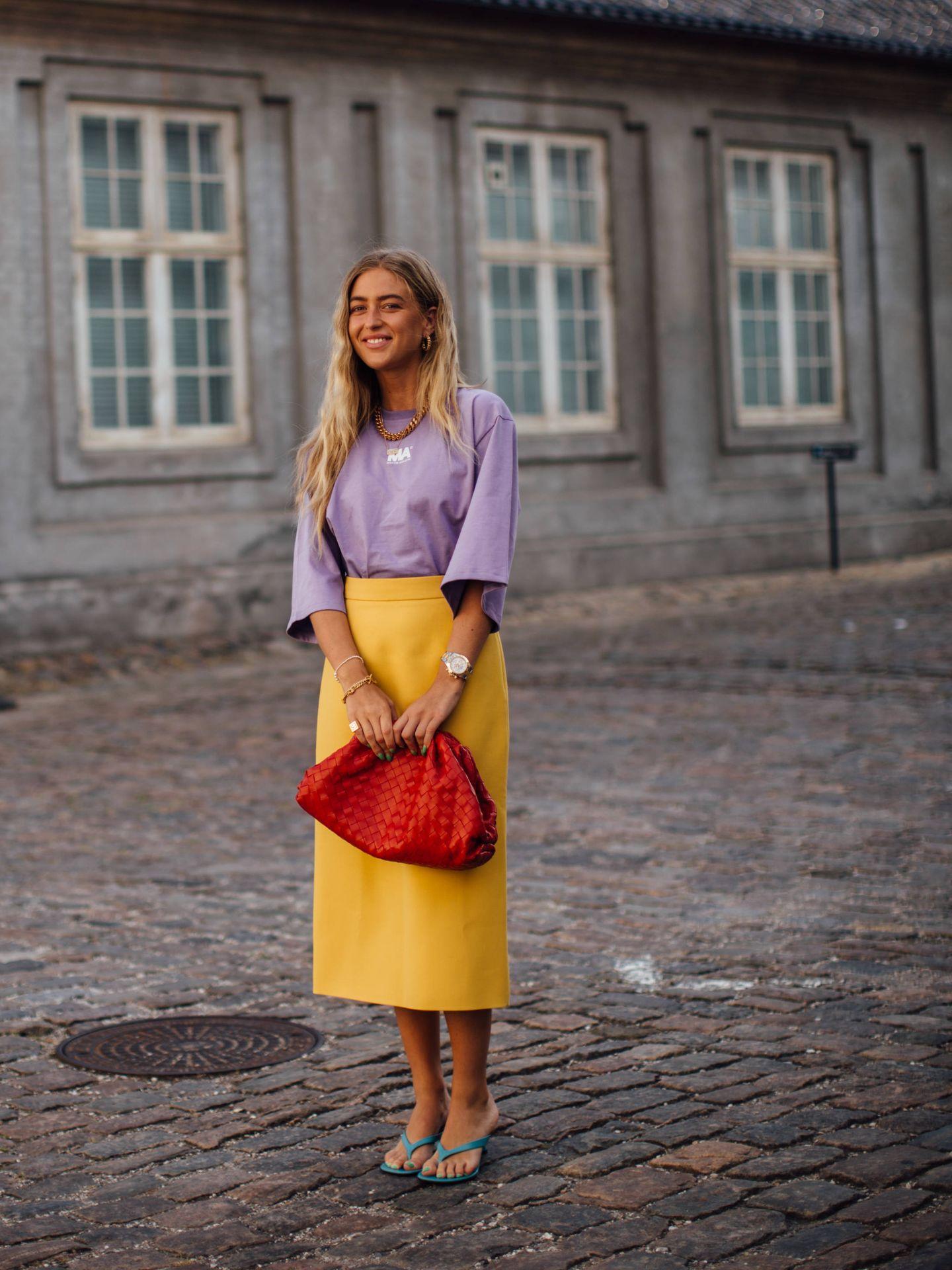 Emili Sindlev, con un look lila y amarillo. (Imaxtree)