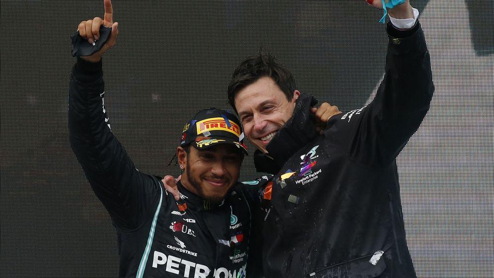 Foto: Toto Wolff y Lewis Hamilton celebran el séptimo título del piloto en Estambul (EFE)