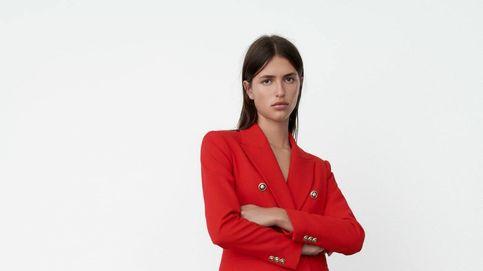 Blazer roja y vaqueros, la combinación de Zara para el éxito