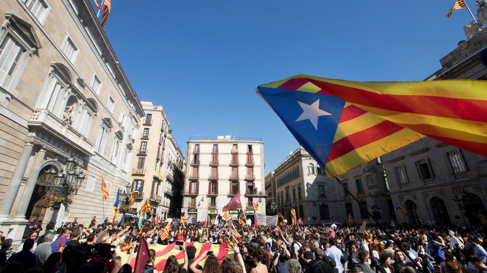 Foto: Estudiantes concentrados ante el Palau de la Generalitat de Cataluña. (EFE)