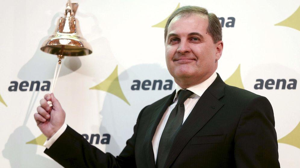Foto: El presidente de Aena, José Manuel Vargas, realiza el tradicional toque de campana que señala la salida a bolsa del gestor aeroportuario. (EFE)