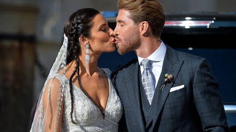 La salida de los novios recién casados y el accidental beso