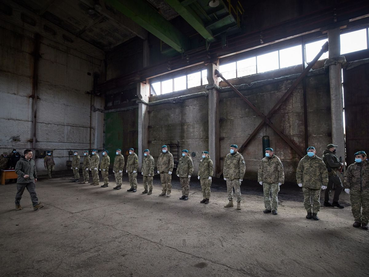 Foto: El presidente ucraniano, Vladimir Zelensky, visita a las tropas cerca de la zona de conflicto. (EFE)