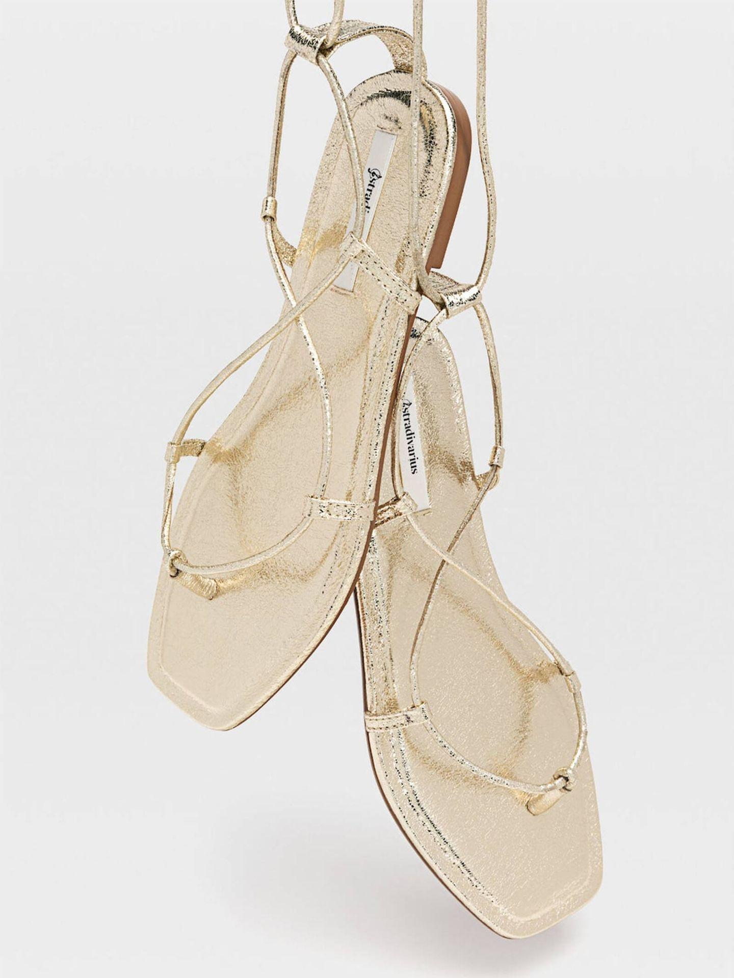 Sandalias planas con tiras de Stradivarius. (Cortesía)