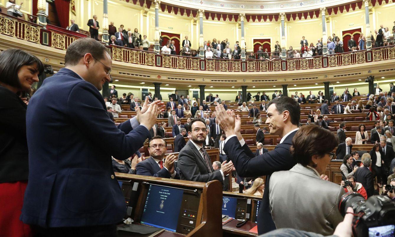 Foto: La bancada socialista, en pie, aplaude a Pedro Sánchez tras ser rechazada su investidura en segunda votación, este 4 de marzo en el Congreso. (EFE)