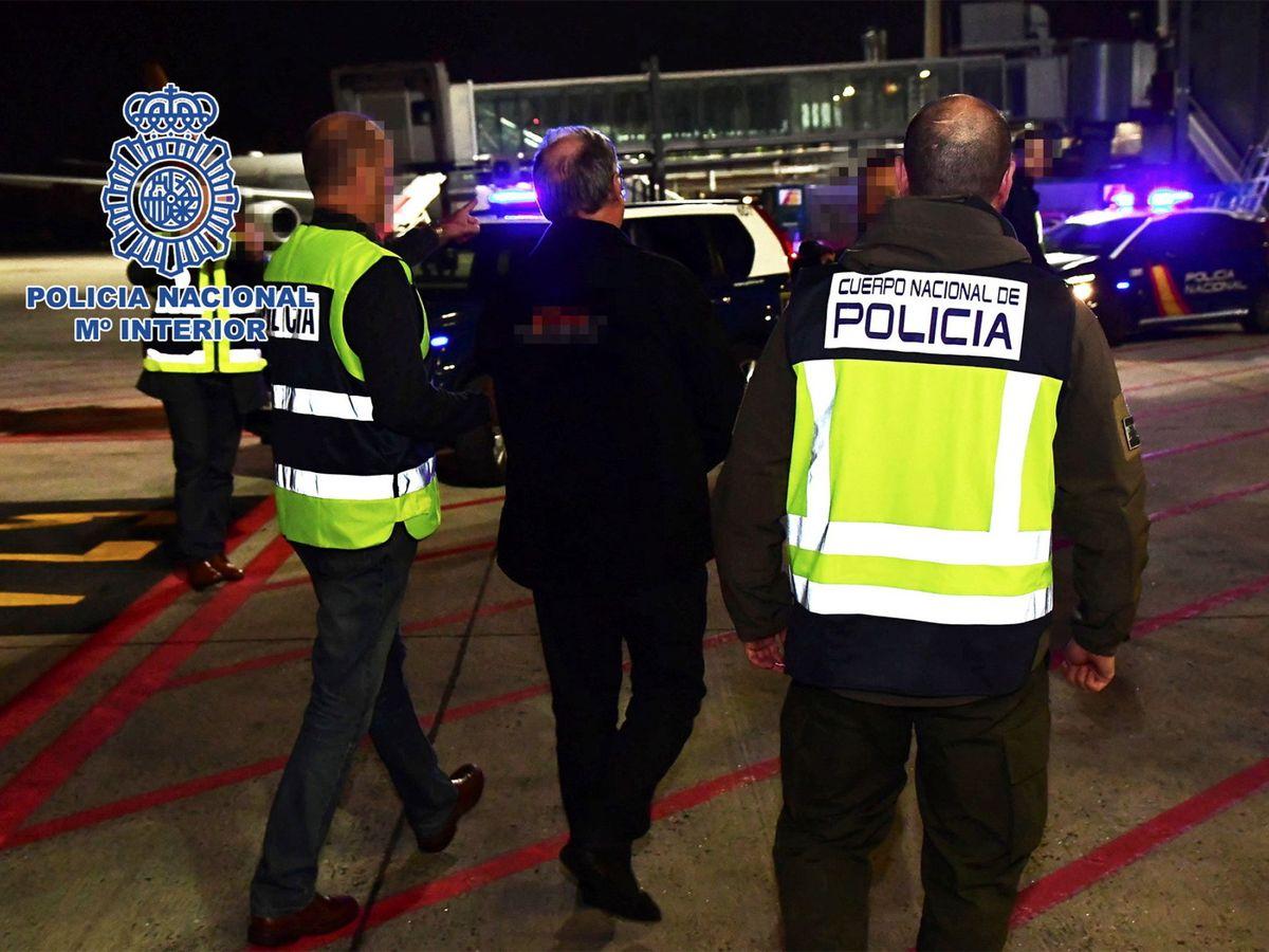 Foto: Juliá ha su llegada a Barajas. (EFE)