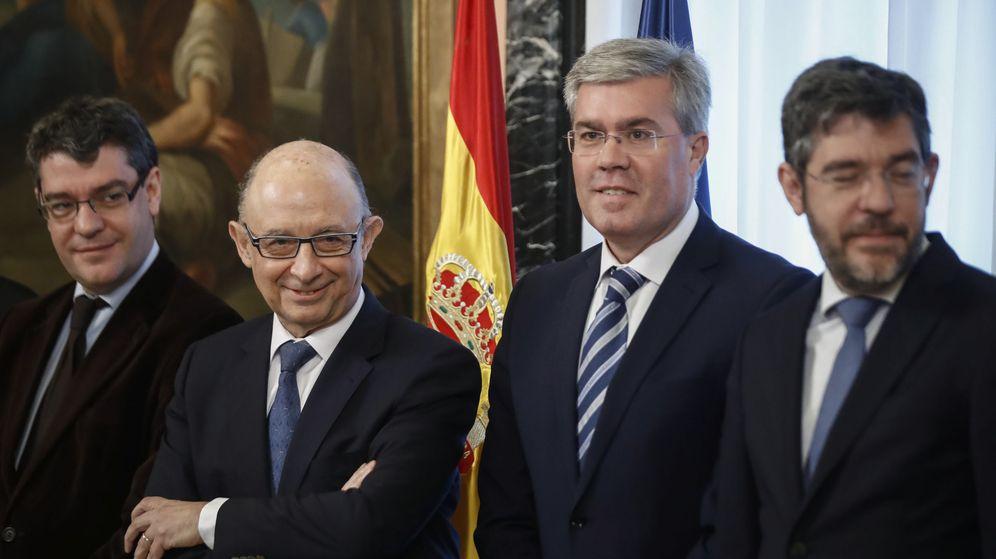 Foto: Cristóbal Montoro (2i), el secretario de Estado de Hacienda, Fernández de Moya (2d), el secretario de Estado de Presupuestos y Gastos, Alberto Nadal (d), y Álvaro Nadal. (EFE)