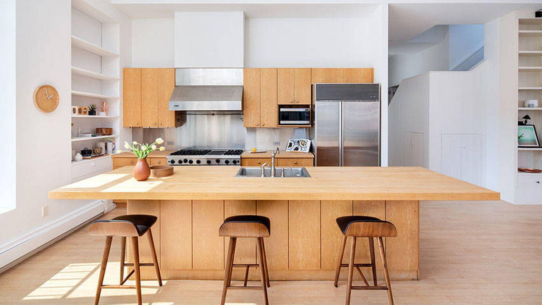 La impresionante y moderna cocina. (Douglas Elliman Real Estate)