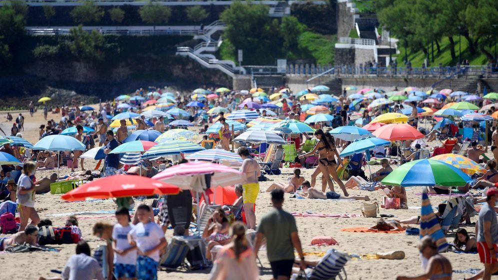 Foto: La Playa de El Sardinero en Santander, registra una gran afluencia. (EFE)