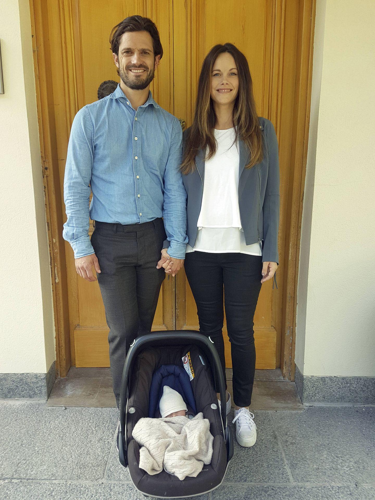 Carlos Felipe y Sofía, tras el nacimiento de Gabriel. (Casa Real de Suecia)