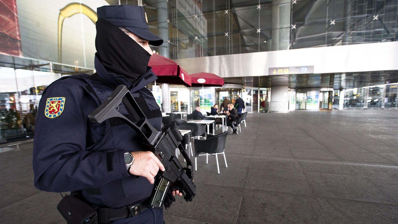 Un policía en el aeropuerto de Málaga. (Jorge Zapata/EFE)