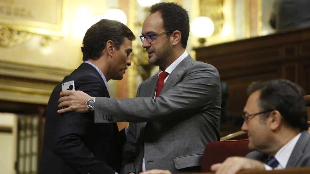 Sánchez aplaude tímidamente el discurso del PSOE sobre la abstención