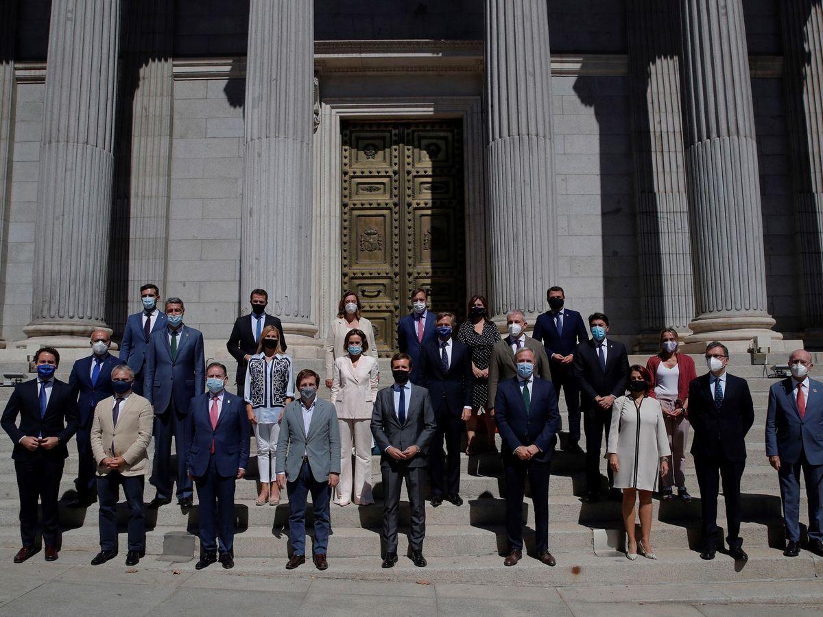 Foto: Los alcaldes del PP, a las puertas del Congreso tras el pleno de los remanentes de los ayuntamientos el pasado 10 de septiembre. (EFE)