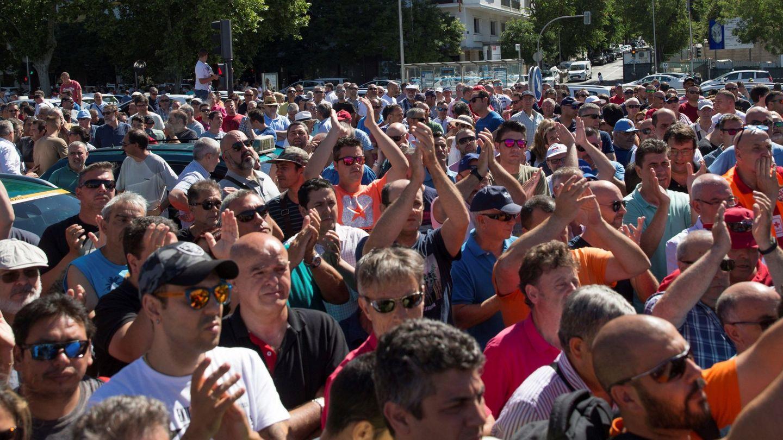 Concentración de taxistas a las puertas de Fomento. (EFE)