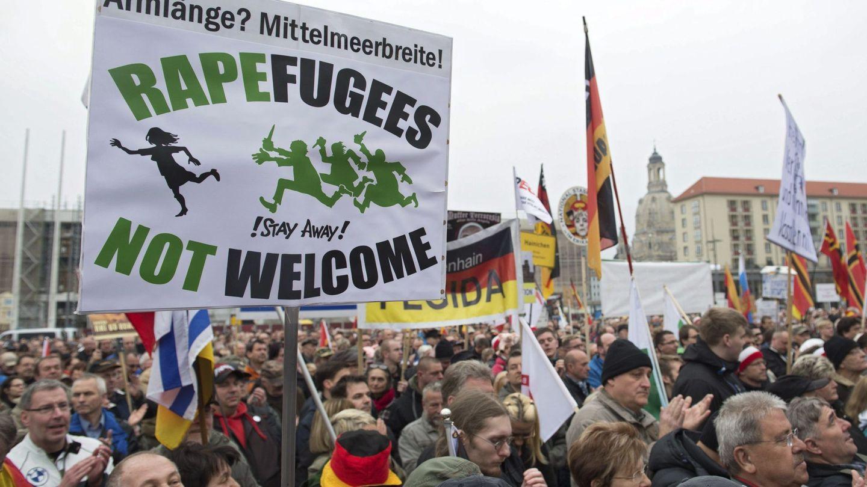 Partidarios del movimiento xenófobo Pegida (Patriotas Europeos contra la Islamización de Occidente) participan en una manifestación en Dresde, el 11 de abril de 2016 (EFE)